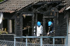 STOCKHOLM 2013-09-29 Polisens tekniker undersöker fritidshuset på söndagseftermiddagen. Två personer omkom natten till söndagen när ett fritidshus på Dalarö söder om Stockholm brann ned. Enligt polisen var huset helt övertänt när räddningstjänsten kom fram. De två döda hittades när brandmännen letade igenom huset sedan branden släckts. Vilka de avlidna är eller hur branden startat var okänt tidigt på söndagsmorgonen.