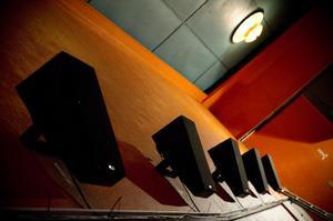 16 nya surroundhögtalare gör att ljudet kommer från olika håll.