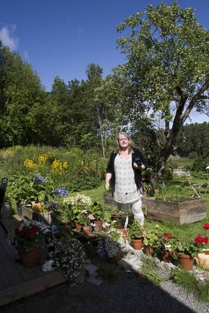 Förutom fotografering ligger blommor och trädgård henne varmt om hjärtat.