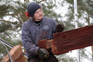 Kristoffer Yaccas gillar hantverket och att studera hur de gamla timmermännen gjorde. Han tycker också det är roligt med de omväxlande arbetsuppgifterna. Inget jobb är det andra likt.