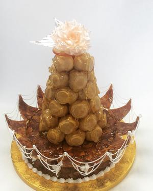 Croquembouch med pulledsugar rose, choux buns doppade i caramel fyllda med vanilla pastry cream med ennougatine bas (kokat socker med rostade mandlar). Även allt här är gjort frångrunden för hand.