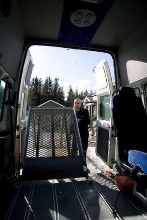 Bengt Forslin fäller ner rampen på specialbussen där han kör rullstolsburna.