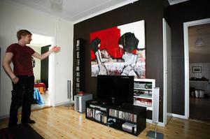 Samuel Fider framför en av sina tavlor som hänger hemma i vardagsrummet. Vad den handlar om vill han helst inte prata om, han vill att betraktaren gör sig sin egen tolkning. ÖP:s fotograf Olof Sjödin är dock snabb med en förklaring av tavlan.– Det ser du väl, det är två kvinnor som sitter och pratar om livet.27-åriga Samuel Fider började sin konstnärsbana när han bestämde sig för att måla sin egen konst att ha på väggarna. Just nu kan hans verk skådas på Konsthuset i Åre.