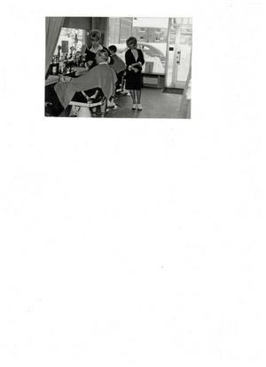 Välkänd vy. Bilden som togs 1963 på frisörerna Eva Kihlström och Kerstin Hallberg visar i bakgrunden Rudbecksgatan, där Salong Bothén funnits sedan början av sextiotalet. Notera vänstertrafiken och gamla brandstationen rakt över gatan. BILD: PRIVAT