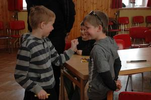 SAMSPEL. Anton Wahlgren, 7 år, och kompisen Filip Björk, 7 år, båda Örbyhus, tränar på krittricket.
