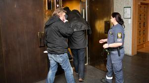 Bilden är tagen vid torsdagens häktningsförhandlingar.