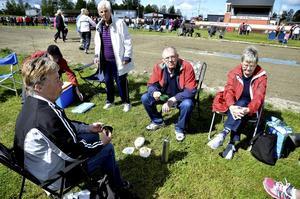 Mådde fint. Gänget från PRO i Lindesberg hade delat upp sig på fyra lag. Innan det var dags att kasta sig över tävlingarna passade de på att stärka sig med en kopp kaffe. Foto: Göran Kempe