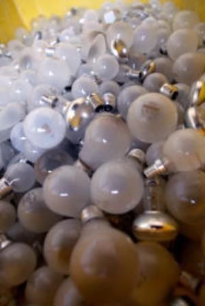 Gamla glödlampor får inte slängas i soporna. Nu måste de lämnas på tippen och allt fler efterlyser nu holkar för glödlampor på återvinningsstationerna.