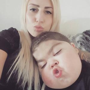 Martina Boström och Maximiliam, 4, tvingas gå igenom många prövningar.