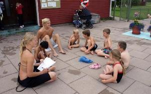 Syskonen Karin och Olle Liss leder simskolan. Barnen heter Mesa, Olle, Ivan, Martin, Anton, Zeke och Zelianne.