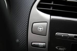 Lättstyrd. Tryck på knappen med ratten så blir det knappt något motstånd i ratten. I stadstrafik styr du med pekfingret.