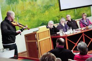 Korpåsen, en låt efter Korp Erik, fick ledamöterna att spetsa öronen. Det var Görgen Antonsson, musikansvarig på Folkteatern i Gävle, som greppat fiolen sin.