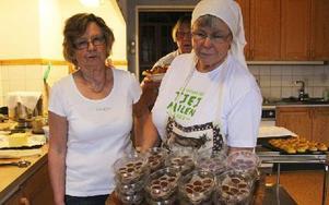 Marianne Green och Kerstin Persson visar knäcken som 98-åriga Sigrid Ljung kokat. Foto: Eva Högkvist