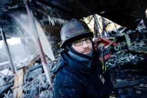 Räddningsman Markus Lagergren har pälsat på sig ordentligt. Han har stannat kvar för att bevaka avspärrningarna vid brandplatsen under dagen.