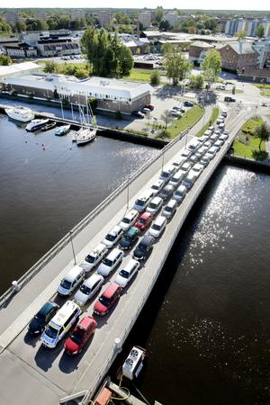 Klockan 11 på fredagen fylldes Alderholmsbron av 43 bilister...