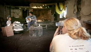 Tagning! Den gamla smedjan vid Mattsbo hytta blev en av inspelningsplatserna i Elin Bromans barnfilm. Foto:Peter Ohlsson