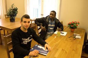 Inte så många elever så här dagarna före flytten. Men Hussein Alswety och Ibrahim Ahmed fanns på plats för att lära sig svenska och lite om mänskliga rättigheter.