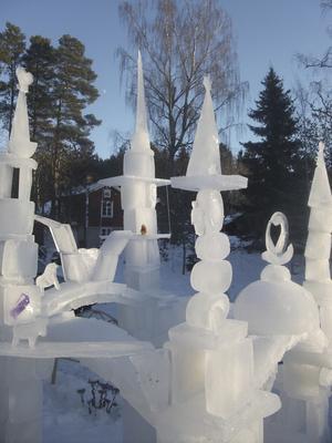 Tinnar och torn. I Mölnbofamiljens trädgård har ett mäktigt isslott vuxit upp och vikten ligger uppskattningsvis på ett ton.