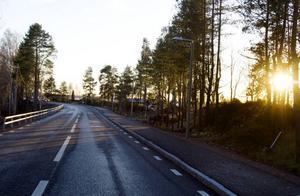 Verklighetens väg. Väg 272 mellan Sandviken och Årsunda är 6,5 meter bred. En vanlig bredd på en väg menar Trafikverket, men lastbilschaufförer upplever den som för smal sedan den fick räcken.