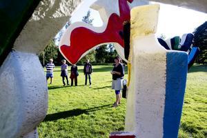 Ett 15-tal personer dök upp på rundvandringen Leken i konsten. Här syns konstpedagogen Maja-Lena Johansson berätta om Decoration Blues.