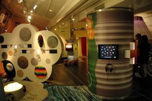 PRYLAR. Utställningen erbjuder en rad olika objekt som kan utforskas och förändras.