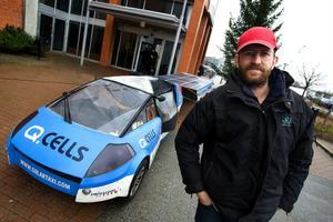 MALMÖ 2008-11-26 Solcellsbilen Solar Taxi åker runt på en världsturn  för att uppmärksamma klimatförändringarna. Louis Palmer har i 1,5 år kört sin 9 meter långa solcellsbil