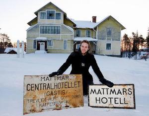 – De här gamla skyltarna hittade jag i ett uthus här på gården, säger Erik Sätre.