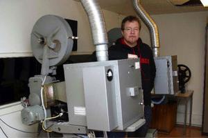 Lars-Erik Bjelkström väntar på linserna till biografmaskinerna så att man kan börja använda sig av den nya tekniken.