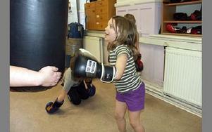 -- Att boxas på bollen och vara i ringen var roligast, tyckte Astrid, 5 år.FOTO: ANNA ENBOM