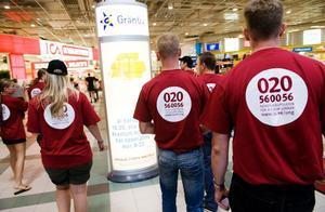 Ungdomar från facket besöker ett shoppingcenter under LO:s kampanj 'Facket i sommarland' som går ut på att informera sommarjobbare om deras rättigheter mot arbetsgivarna.