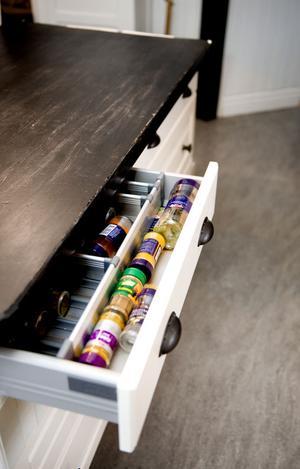 I lådor och bakom skåpdörrar döljer sig praktisk förvaring.
