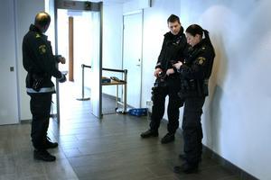 Både metalldetektorer och polis bevakade rättegången på fredagen.