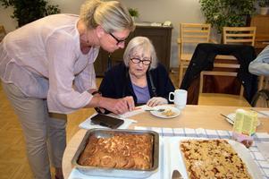 Mona Johansson, måltidschef på Äppelparken, och Anna-Lisa Eriksson i juryn som smakade av alla äppelkakor som lämnades in till tävlingen.