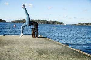Närheten till vattnet och naturen runt skolan erbjuder vackra miljöer för träning.