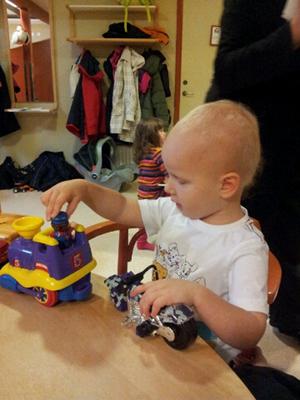 Tittar på sonen när han leker på öppna förskolan.Annette Gustavsson, Bollnäs