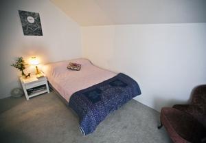 Mysigt. Det lilla sovrummet saknar fönster, men känns ändå inte instängt eftersom det har en öppen ingång från vardagsrummet.