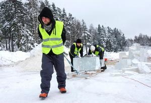 Blocken av is är tunga. Simon Carlsson, Jonas Sutinen och Oskar Husa har en släde till hjälp.