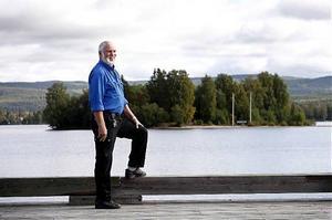Nylandsföreningens ordförande Ove Vesterman blickar ut mot ön Lilla Norge som han och övriga i föreningen hoppas kunna lämna över till Norge i juni nästa sommar.