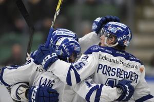 ÄNGELHOLM 20170302 Leksands Oskar Lang har slagit in reducering 2-1 under torsdagens ishockeymatch i SHL mellan Rögle BK och Leksands IF i Lindab Arena. Foto: Björn Lindgren / TT / kod 9290