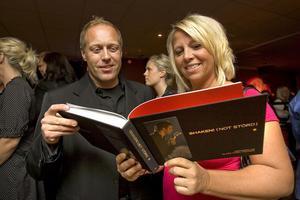 Proffsminglarna Niclas och Kristina Westerberg fick tid över att kika på boken.