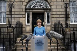 Skottlands folkvalde ledare Nicola Sturgeon, från SNP (Skotska nationalistpartiet) är beredd att använda sin politiska makt för att  försöka respektera folkviljan i Skottland genom att stanna kvar i EU, även om det innebär att försöka inlägga ett veto mot att Storbritannien lämnar EU. Plan B är en ny omröstning om skotsk självständighet.