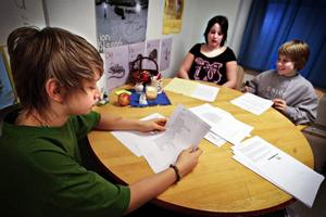 """""""Det är väldigt jobbigt,"""" säger Petra Josefsson om att ha svårt att läsa och skriva. Hon syns i mitten på bilden. Men hon, Johan Mikaelsson och Tom Forsman har lagt mycket jobb, både i skolan och hemma, och de har lyckats lära sig massor om läsning och skrivning."""