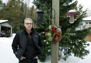Fågelskådaren Lennart Larsson har byggt sitt fågelbord själv. – Kransen var mest en juldekoration.