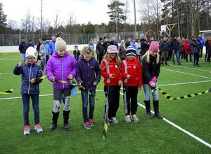 Här är några av alla barn som på lördagen klippte invigningsbandet till Snickarinken i Sundborn. De heter Kajsa Hannersjö, Emma Gabrielsson, Nike Persson, Mira Holst, Ella Strömer och Josefin Hedman.