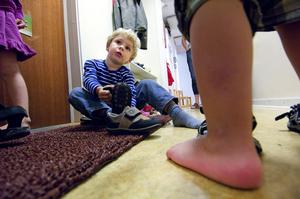 I skog och mark. Förskolan Vindens profilområde är utelek. Här drar Joel Hagdahl på sig skorna för dagens första utomhuspass. Foto:Janne Eriksson
