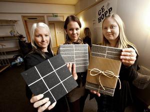 UNDERLÄGG. Sanna Persson, Julia Öhman och Sofia Carlsson tog chansen att visa upp sig och sitt UF-företag. På onsdagskvällen hade de säljpremiär för företagets produkt: grytunderlägg av italienskt kakel.