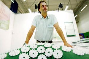 Spik på matta. Det är det absolut senaste. Försäljaren Johan Pierre lovordar produkten – som han sålt i några veckor. Han står till och med på den  i strumplästen medan han säljer den berättar han.
