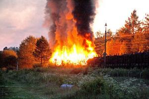 Branden är svårsläckt med tanke på att det brinner i träslipers.