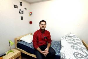 Shoresh visar upp sitt rum. Han kom tomhänt till Sverige och har få personliga tillhörigheter.