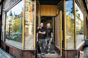 Tord Budenberg och Jonas Hamlund framför lokalen där restaurang PingPong snart öppnar.
